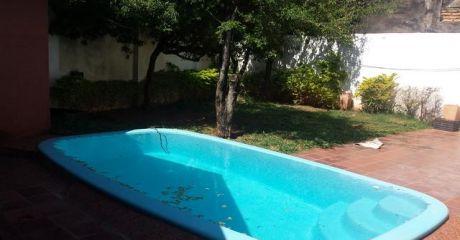 Vendo Hermosa Casa Con Piscina  A 200 Metros De Mariscal Lopez