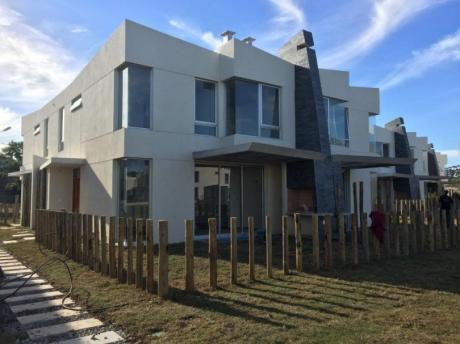 Casa En Greens, Con Vigilancia 24 Hs. A Metros De La Rambla.