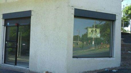 Un Salon Comercial En El Populoso Bario Obrero Sobre Ee.uu Y 14 Ptdas