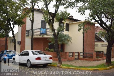 Amplia Casa En Barrio Mcal Lopez