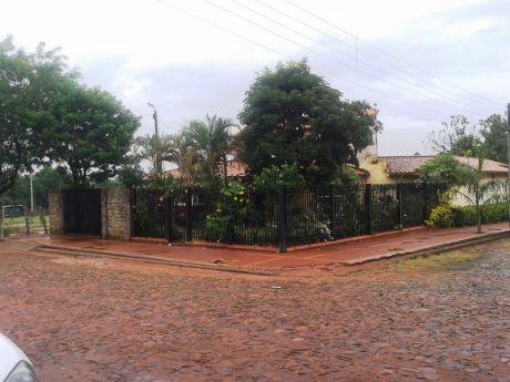 En Venta Amplia Y Confortable Residencia En Esquina