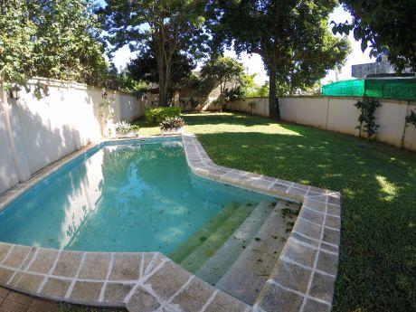 Casa En Zona Residencial. Ideal Inversión, Familias Numerosas. Oportunidad.