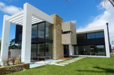 Residencia Minimista A Estrenar, 410m2 Edificados Con Costa Al Lago. ~ Con Renta