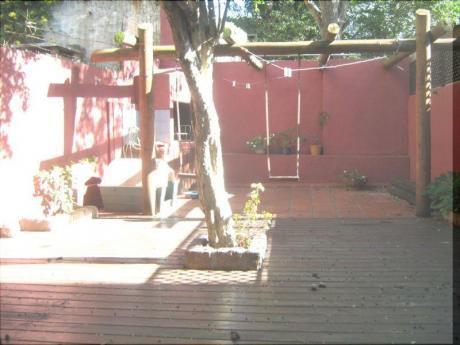 Muy Linda Casa En Tres Plantas,  Gran Fondo Con Parrillero.