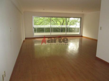 Apartamento Premium, Ubicado En El Barrio Pocitos Sobre Av. Brasil.