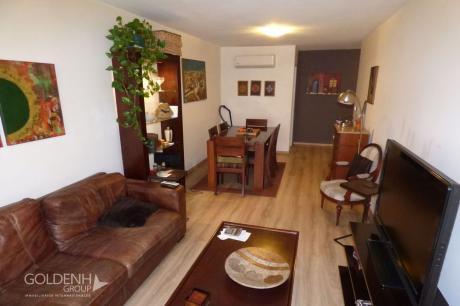 Amplio Apartamento Con Patio Y Garaje En Edificio Con Servicios.