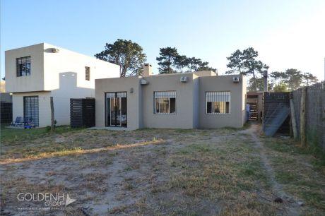 Moderna Casa A Estrenar Con Amplio Fondo. Opción Financiación Bhu.