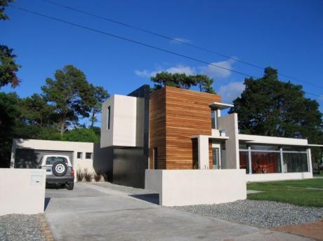 Moderna Casa En Zona Cercano A Todo