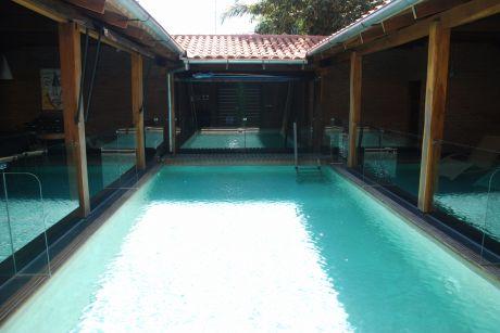 En El Urubo, Hermosa Casa Amoblada  Y Amplia De Estilo, Agreable Y Con Piscina.