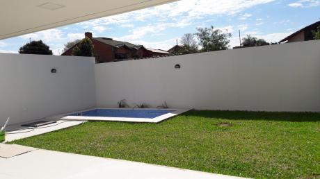 Alquilo Hermosa Casa Pareada En Barrio Mburukuya!!
