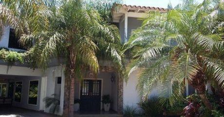Casa En Condominio Cerrado Con Piscina Propia/ 5 Dormitorios En Barrio Mburucuya