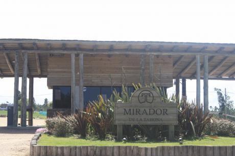 Suc. Pta. Gorda- Gran Terreno En Mirador De La Tahona, 1376m2