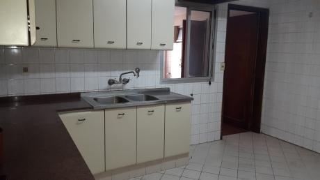 Amplio Departamento, 2 Dormitorios, Barrio Las Mercedes, Zona Avda. Peru.