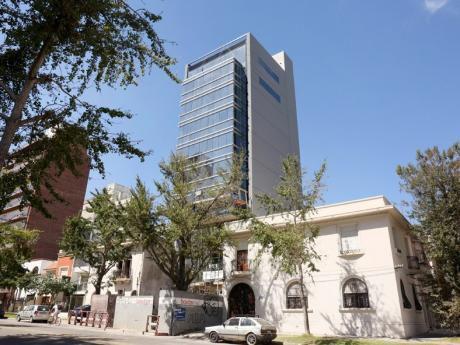 Alquiler De Oficina Ubicada En Av. Sarmiento Y Patria