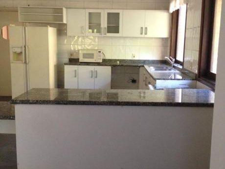 Casa Super Amplia En Condominio Barrio Ycua Sati Con Seguridad 24 Hs