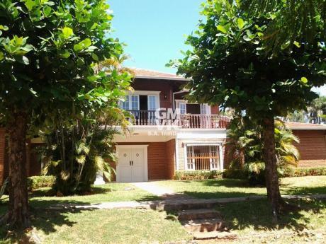 Vendo Residencia En El Barrio Mburucuya 720 M2