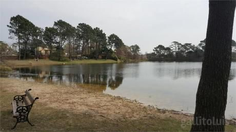 Casa Con Vista Y Acceso A Parque Con Lago Privado.