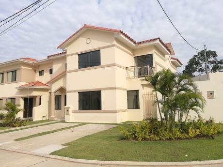Hermosa Y Amplia Casa En Venta Dentro De Condominio