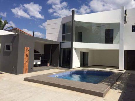 Hermosa Casa De 2 Pisos Zona Urbari