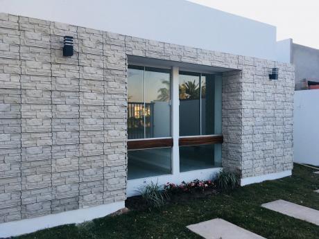 Casa Hermosa, Frente Al Hospital De La Pampa