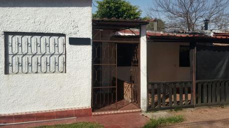 Casa Frente A Centro Comercial Con Terreno