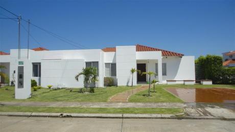 Casa En Alquiler, Zona Urubó. Condominio Santa Cruz De La Colina