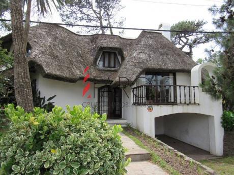Casa En Brava 3 Dormitorios Y Dependencia - Ref: 34624