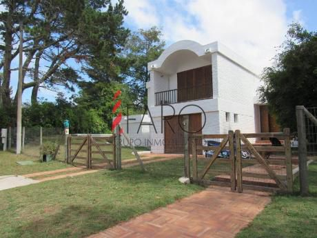 Casa En El Golf 3 Dormitorios Y Servicio Con Parrillero, Piscina Y Garage - Ref: 36148