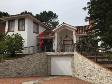 Casa En Brava 4 Dormitorios Y Servicio, Jardín Con Piscina Y Parrillero