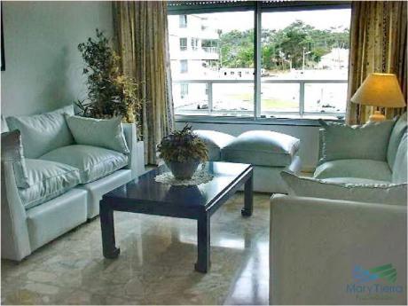Se Alquila Apartamento De 2 Y 1/2 Dormitorios En Playa Mansa, Punta Del Este.