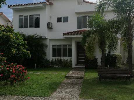 Hermosa Casa En Alquiler En Condominio La Hacienda