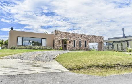 Casa De 2 Dormitorios En Altos De La Tahona
