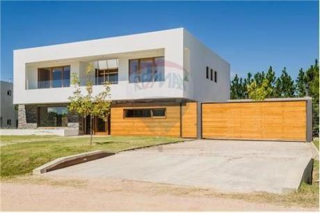 Espectacular Casa En Barrio Carmel Con Renta !!!!!