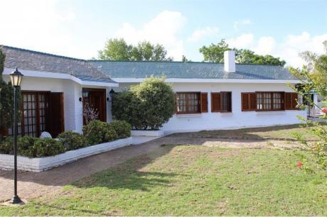 Casa Con Piscina En Parque De Solymar