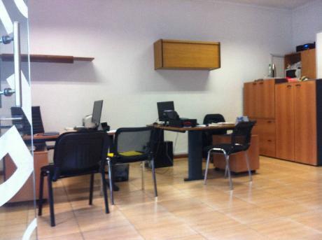 Local Esquina En Uruguay Y Ed. Acevedo. Local En Alquiler.   1 Baños - 90 M2.