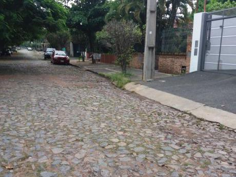 Barrio Mburucuja A Una Cuadra Del Centro Paraguayo Japonés.