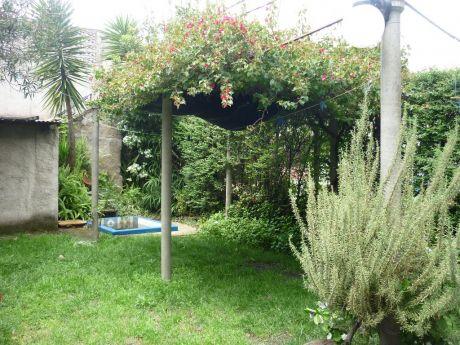 Casa De 72m2 Construidos En 231m2, Con Precioso Jardín!!