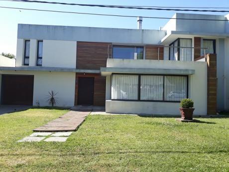 Hermosa Casa De 5 Dormitorios, 3 Baños, Jacuzzi,  Garaje 2 Autos, Parque,