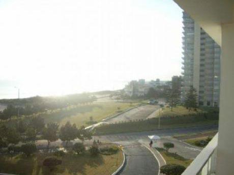 Apartamentos En Playa Mansa: Cte1150a