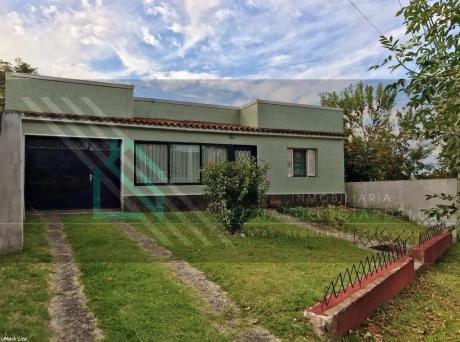 Casa En Dos Avenidas | Gran Terreno, Con Saneamiento.