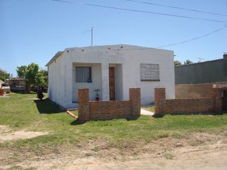 2 Casas En Un Mismo Terreno- 2 Dormitorios, Cocina-com-liv-integrados Y Baño