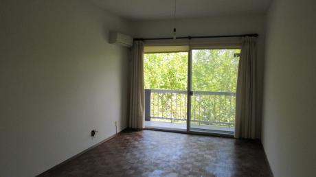 Apartamento En Edificio Banco Hipotecario, Unidad 404