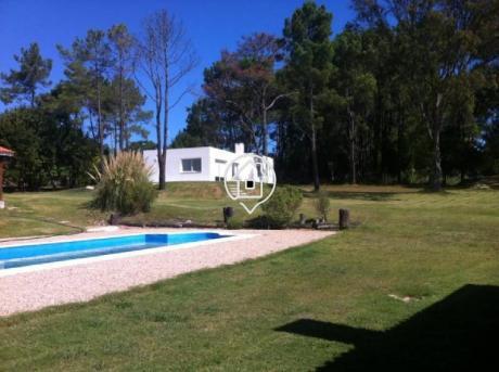 Casa Con Piscina En Alquiler, Parrillero , 3 Dormitorios En Punta Del Este - Ref: 107