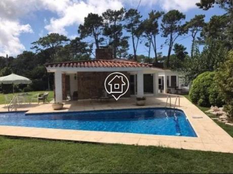 Casa Con Piscina, Parrillero, Garaje En Punta Del Este - Ref: 108