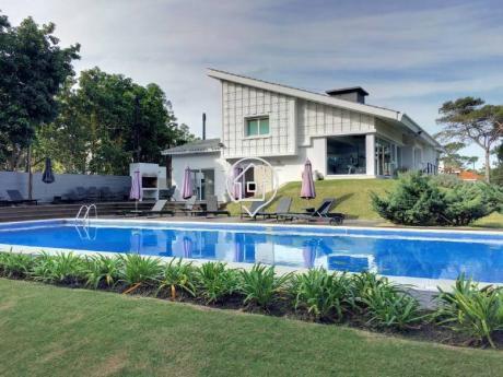 Apartamento Con Balcon Y Parrillero Propio, Garaje, Piscina En Punta Del Este Unique  - Ref: 122
