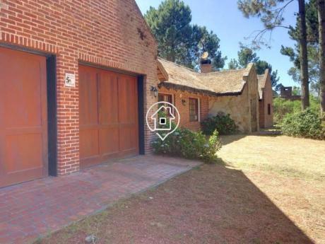 Casa En Pinares Con Piscina,  Parrillero,  Gran Parque, Doble Garaje En Alquiler Anual - Ref: 51