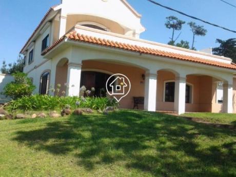 Casa En Alquiler Punta Del Este Playa Mansa Con  Parrillero Grande, Vista Al Mar, Pinares - Ref: 70