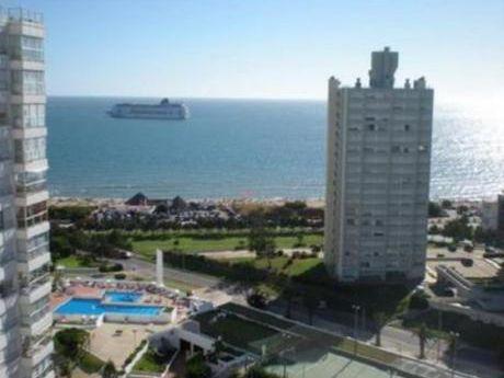 Apartamentos En Playa Mansa: Bla1040a