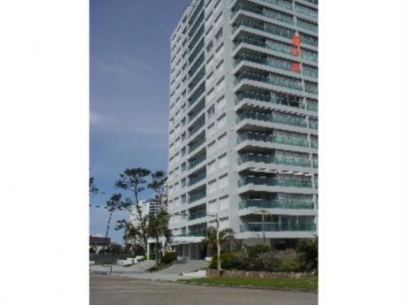 Apartamentos En Playa Mansa: Cro2202a