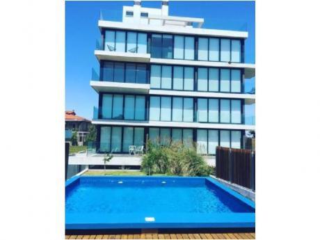 Apartamentos En Playa Mansa: Cro3744a